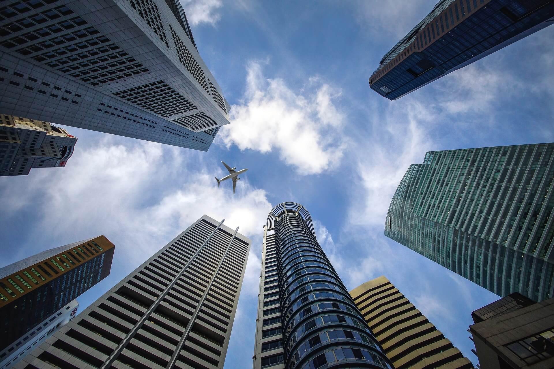金融機関風の街並み